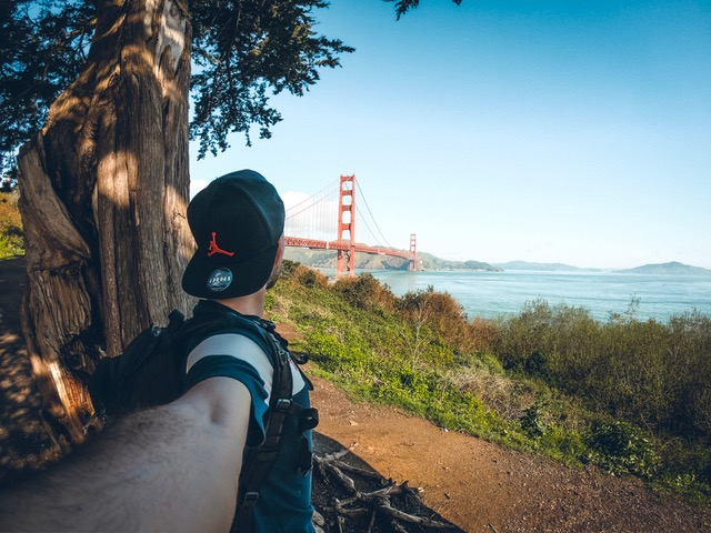 Antony devant le Golden Gate Bridge