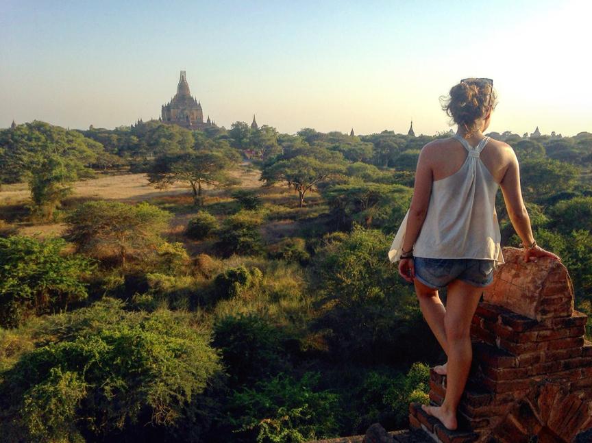 Milena sur un temple à Bagan