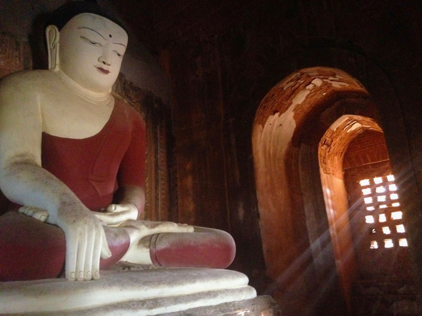 Bouddha statue dans un temple Bagan - Myanmar