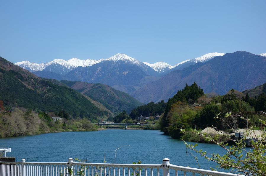 La vallée avec montagnes en arrière plan