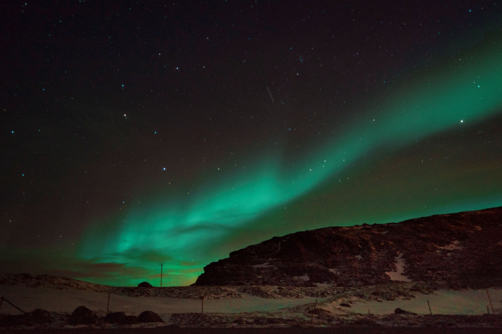 Une aurore boréale verte dans le ciel
