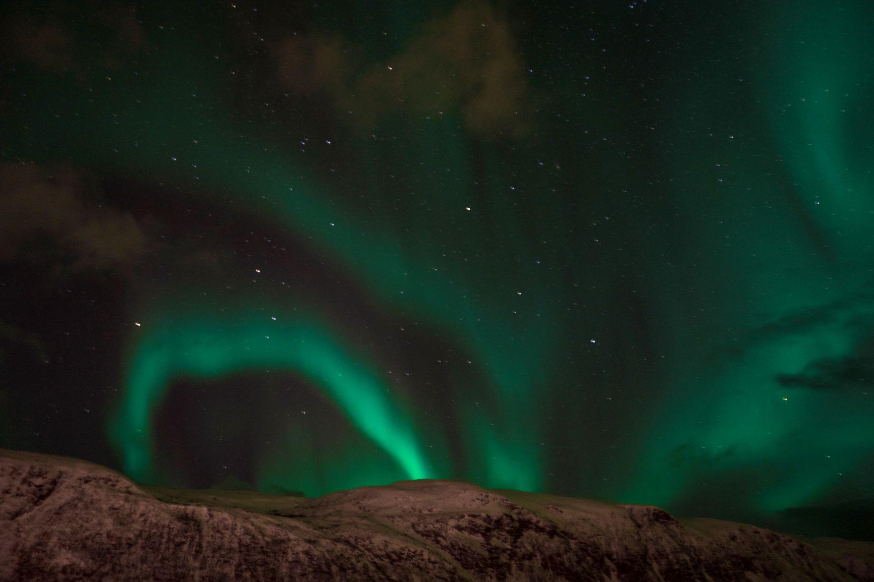 Une aurore boréale dansant dans le ciel