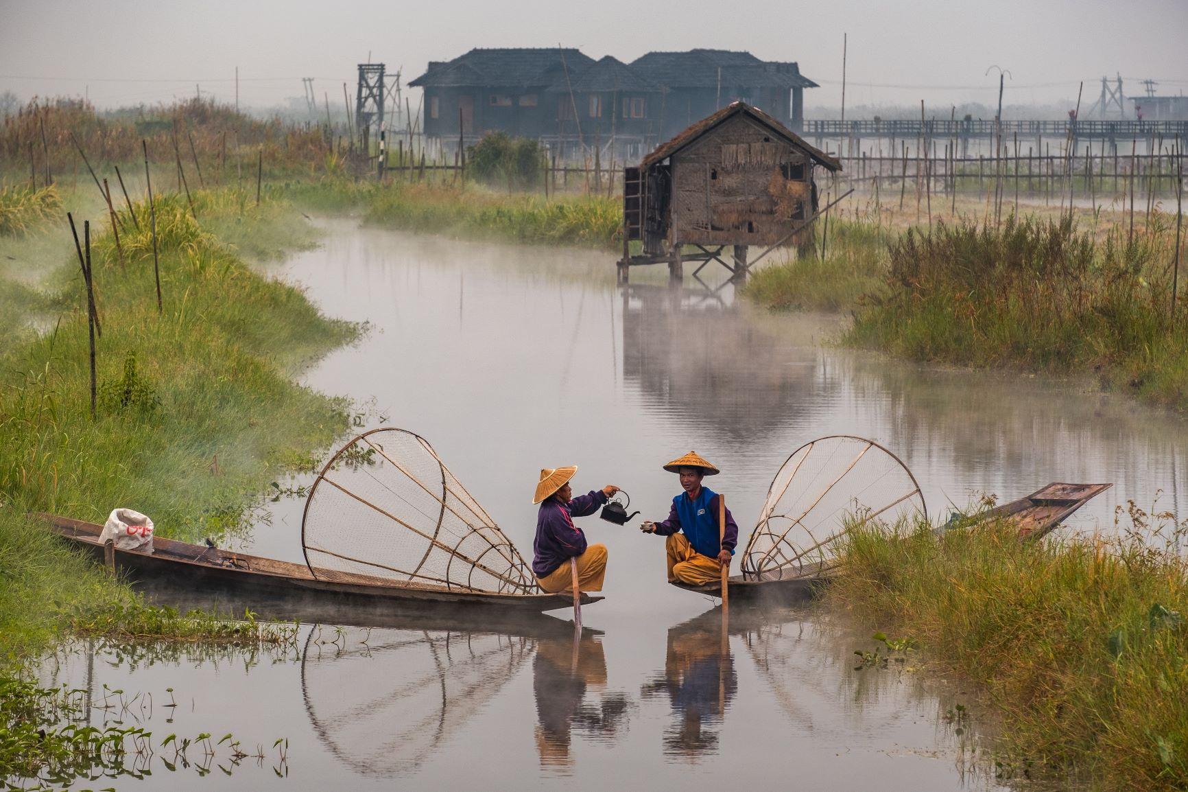 Deux pêcheurs sur lac Inlay au Myanmar