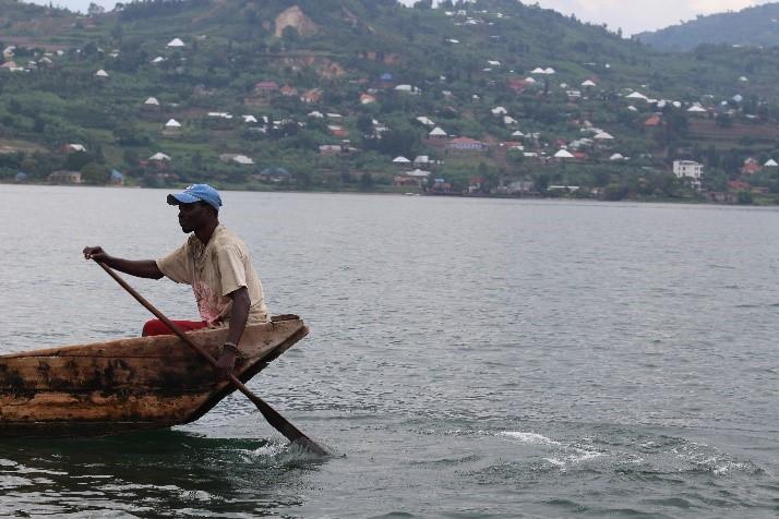 Homme sur une barque au Rwanda