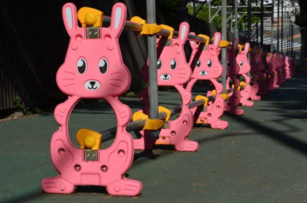 Sculpture lapins dans la rue