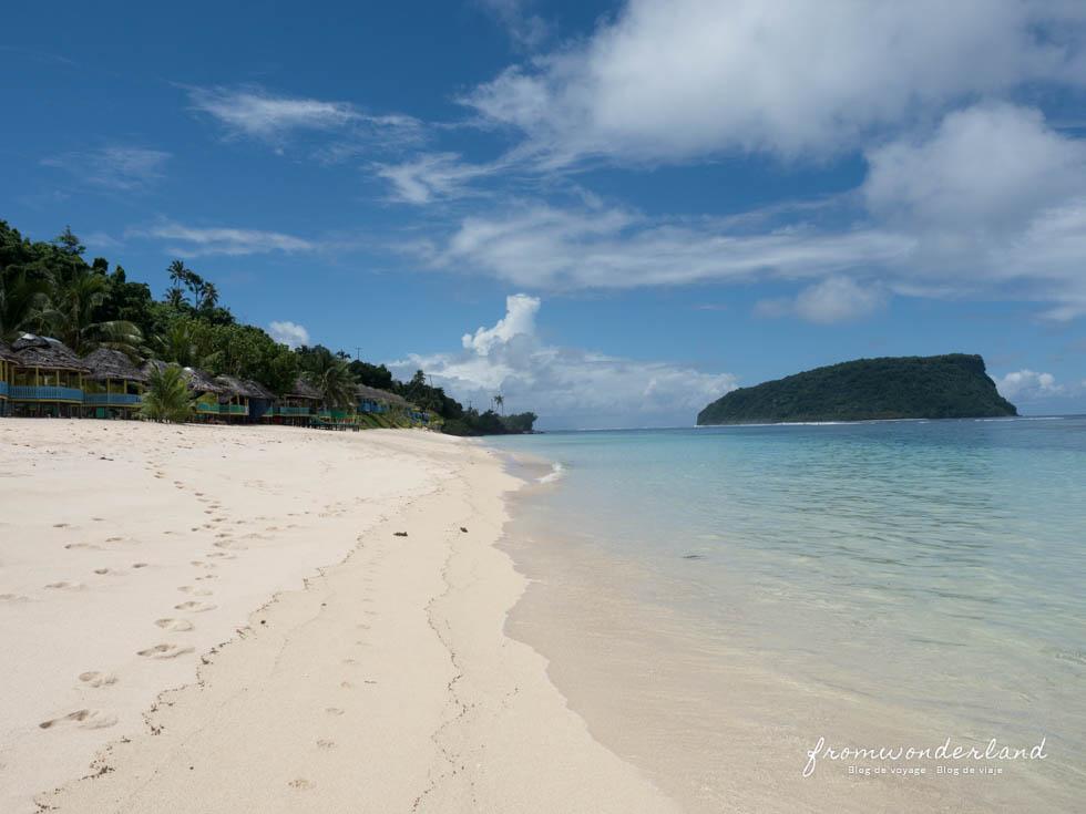 Plage de sable blanc des iles Samoa