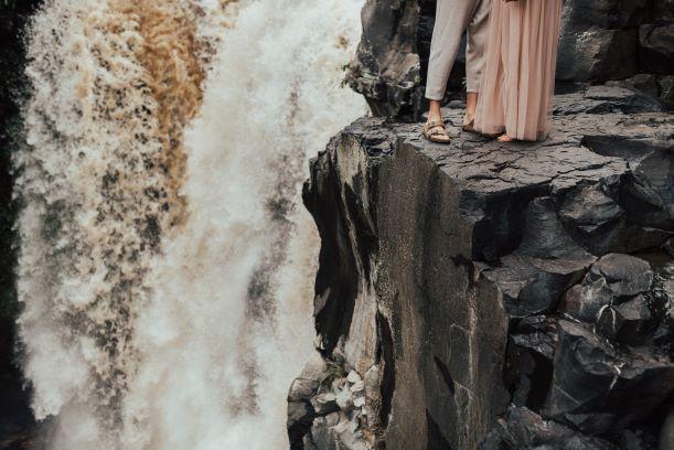 Photo de mariage au bord d'une cascade