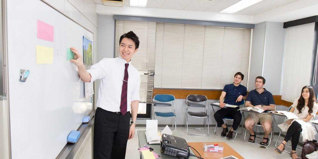 Professeur de japonais devant une classe