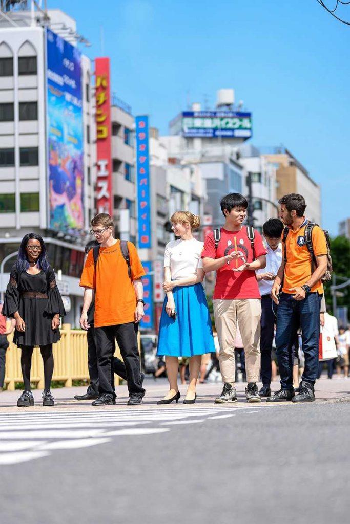 étudiants marchant dans la rue