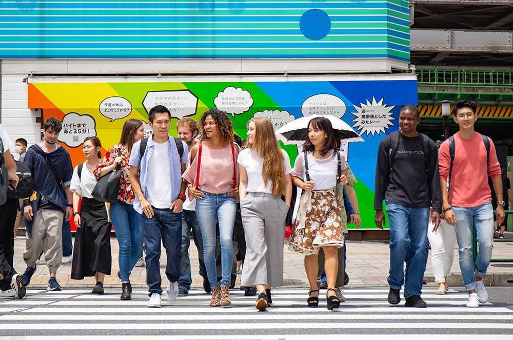 groupe d'étudiant dans les rues au Japon
