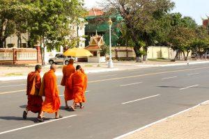 moines marchant dans les rues de Phnom Penh