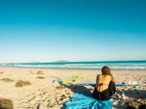 Theresa sur la plage en Australie