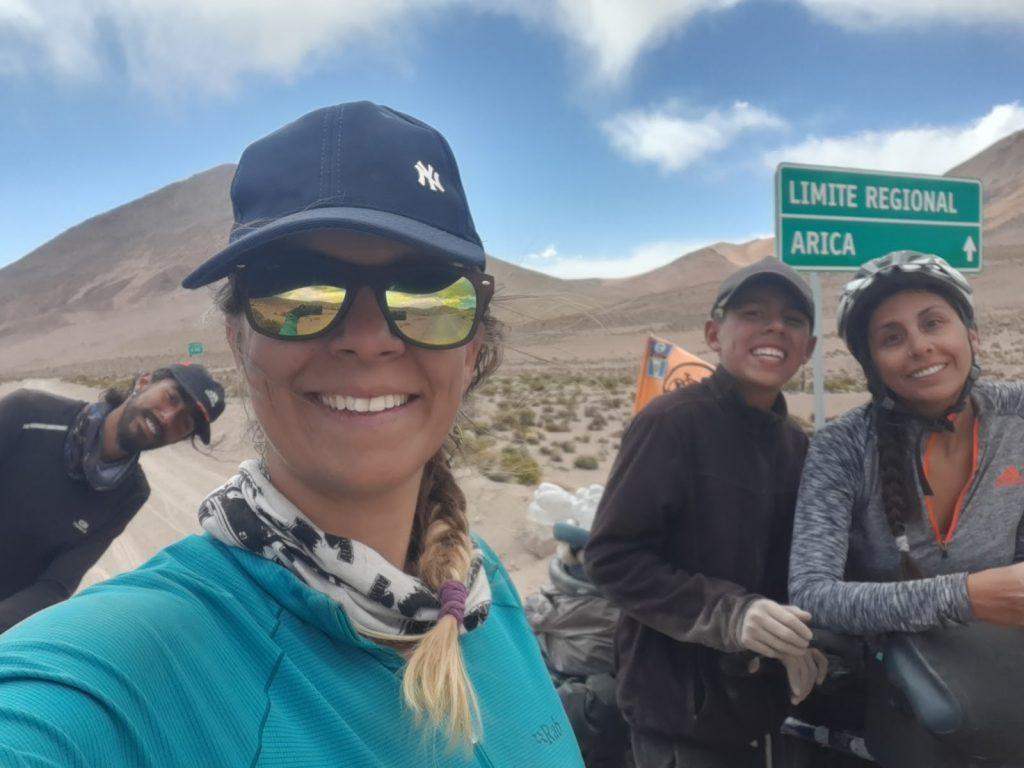 Photo de groupe devant panneau limite région Arica
