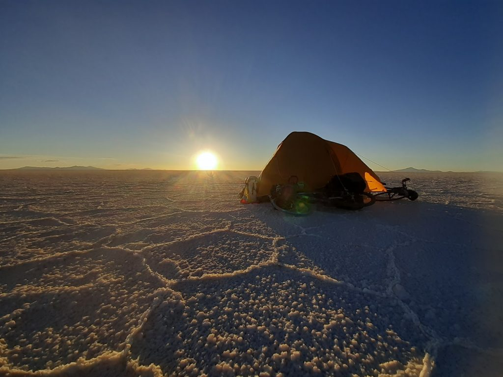 Campement tente au milieu du Salar d'Uyuni