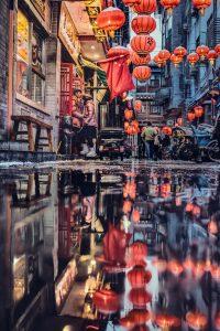 Une ruelle de Pékin avec lampions rouges