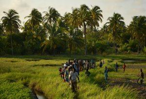 Béninois marchant dans l'herbe