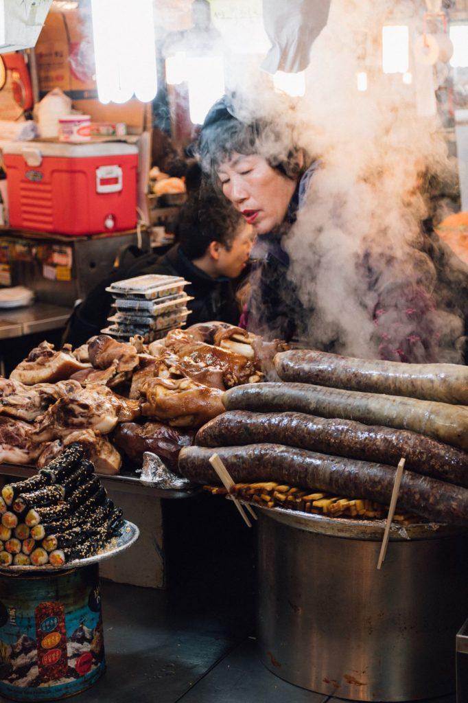 Femme dans un marché en Corée