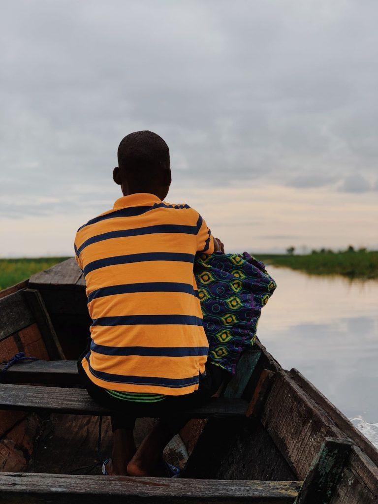 Homme assis sur une barque