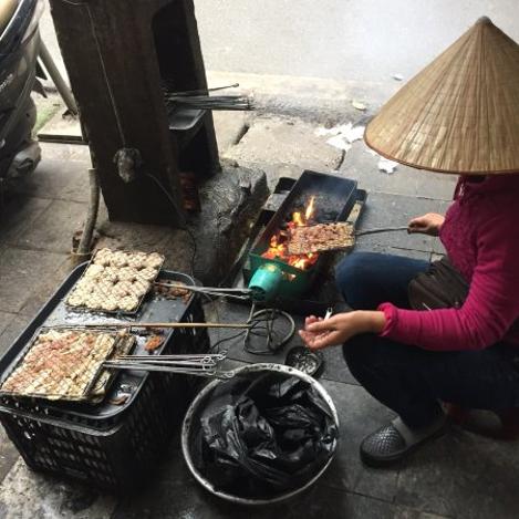 Barbecue dans la rue d'un cuisinier qui fait un Bùn Chà