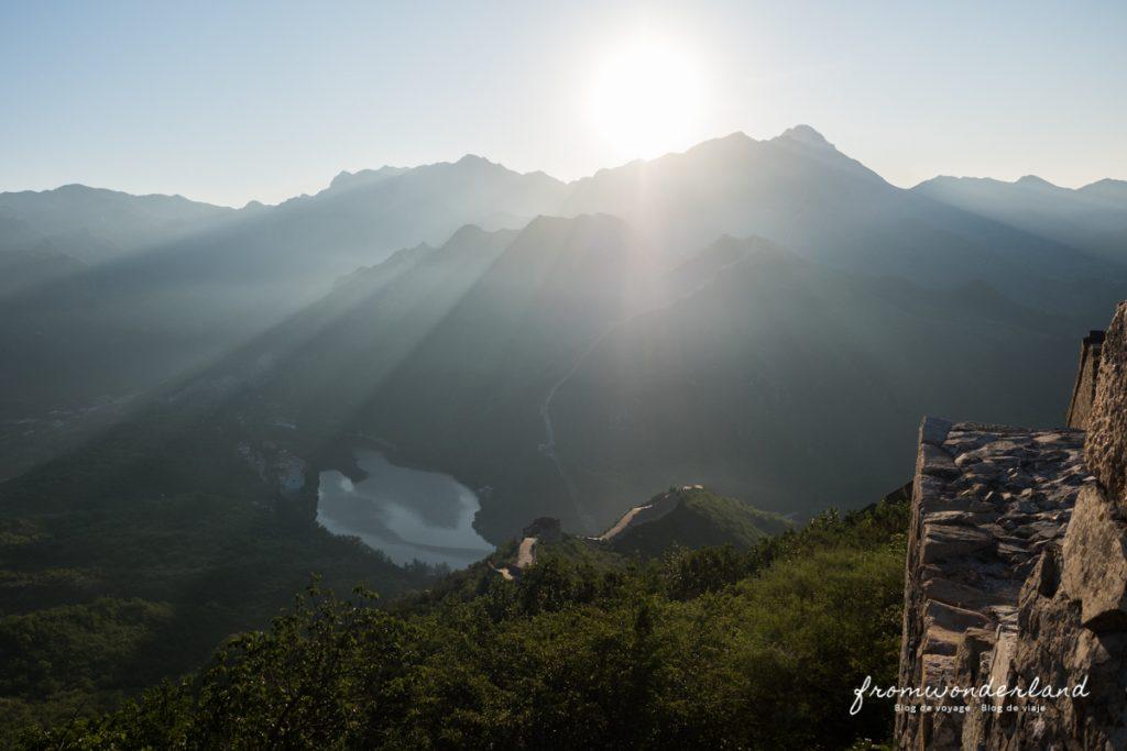 Soleil sur les montagnes depuis la Muraille de Chine