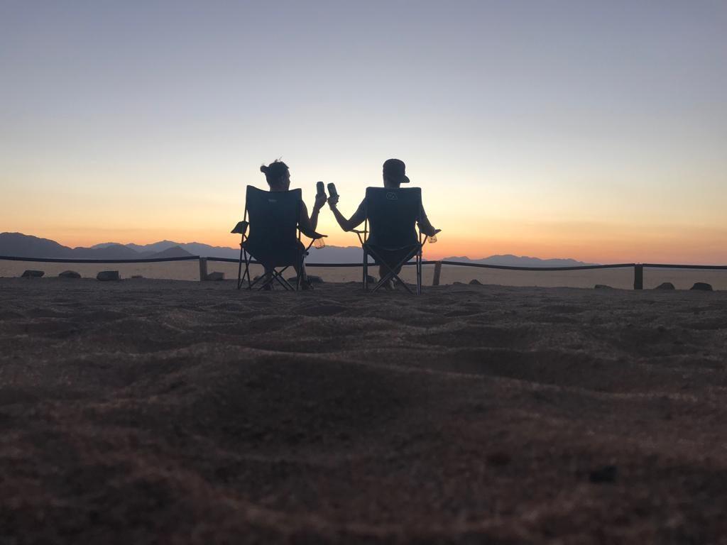 Caroline et Benjamin profitant du coucher de soleil