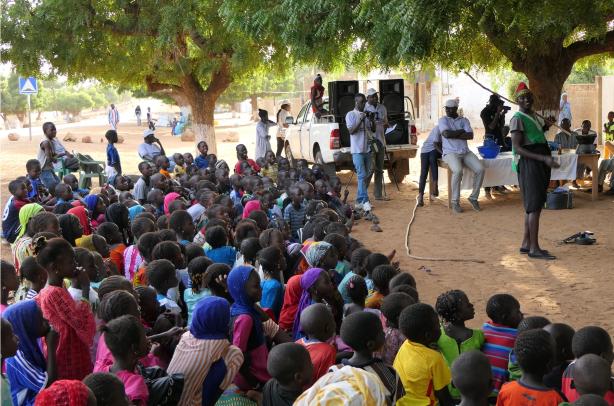Les enfants écoutant les explications