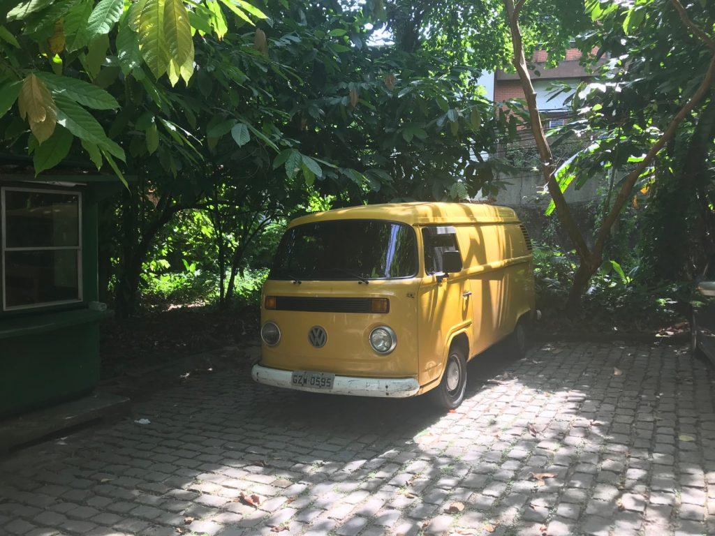 Van jaune dans les rues