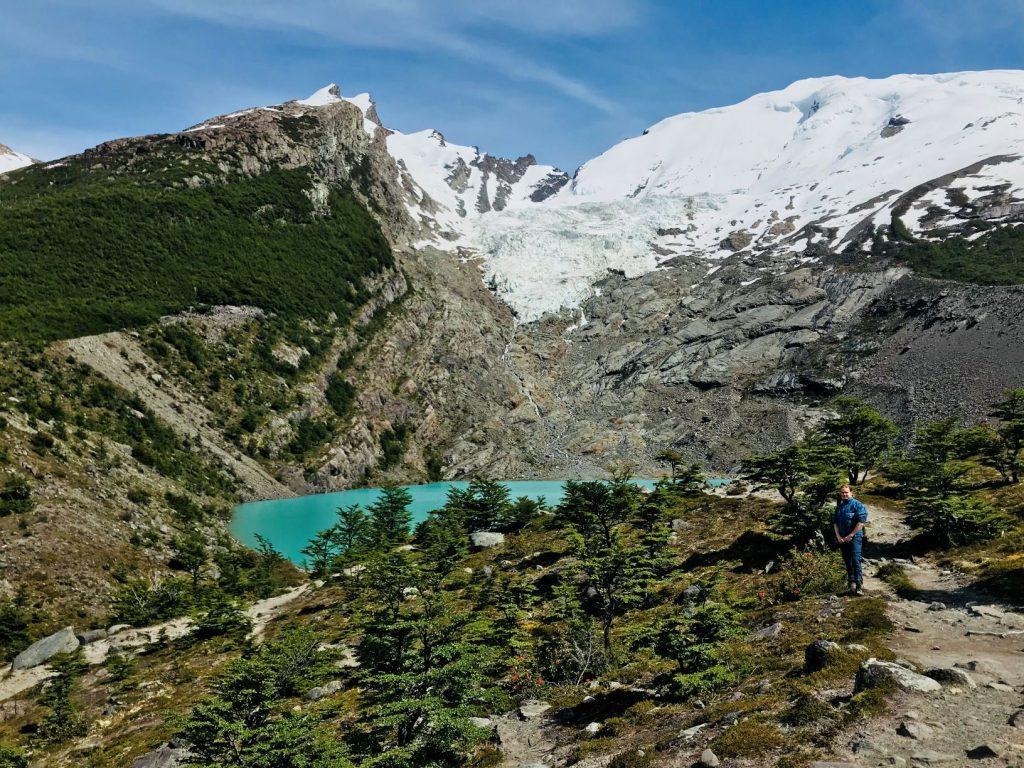 Manon pose devant un lac