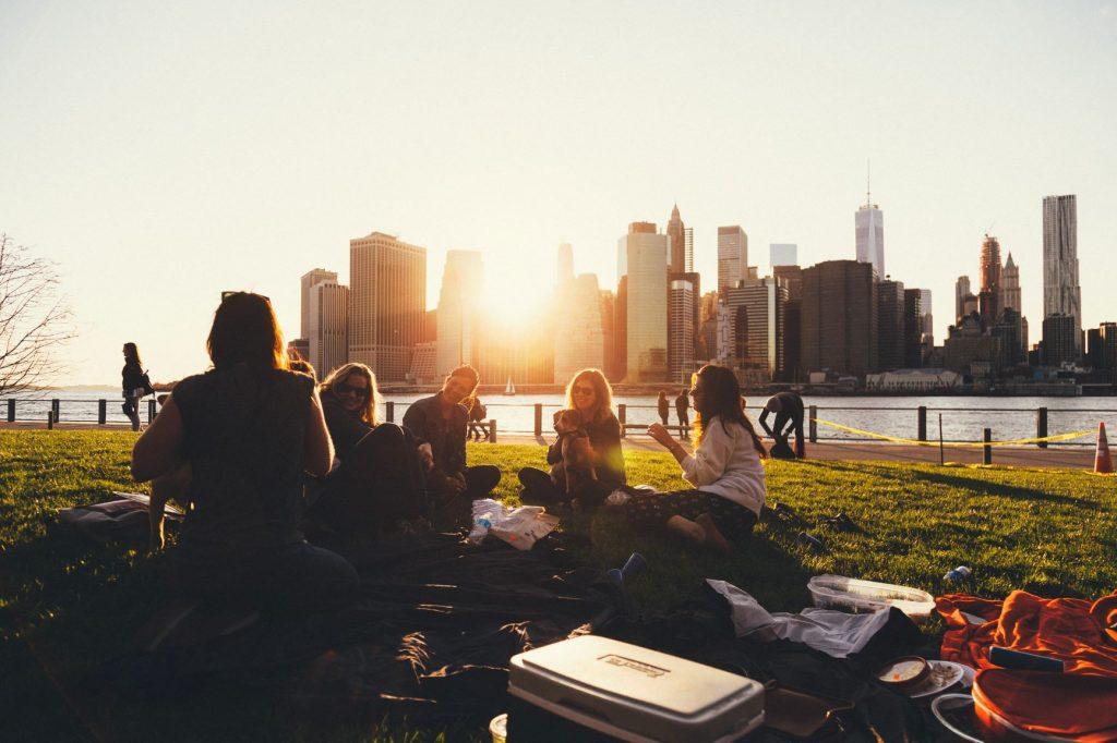 jeunes gens dans un parc