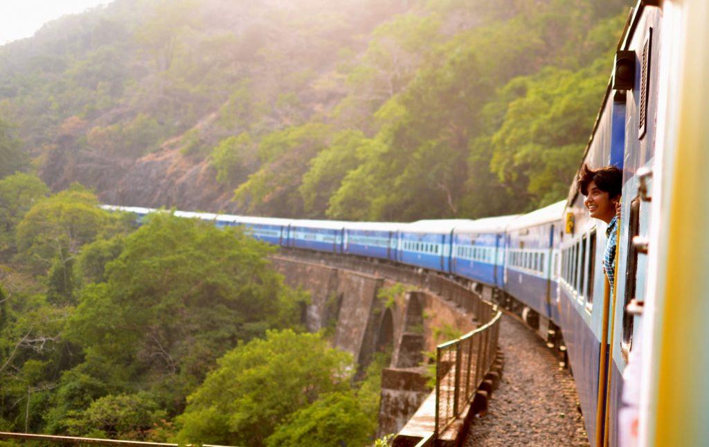 Femme à bord d'un train