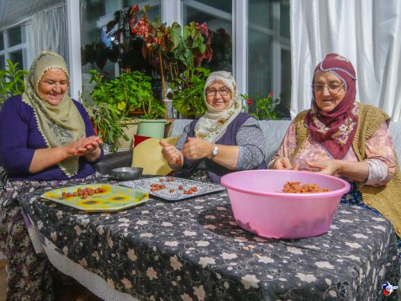 femmes turques préparant le repas