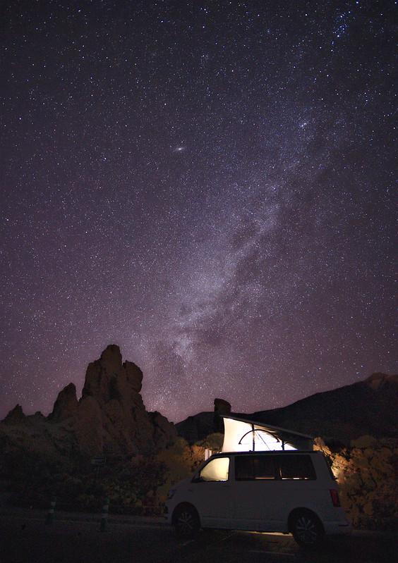 van devant ciel étoilé